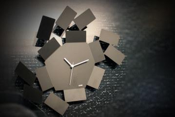 Het klokje tikt… als een kaartspel in de wind